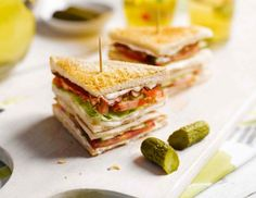 VIP Club Sandwich Recipe with Toastbrot, Mayonnaise, Hühnchenbrust, Salatherz, Tomate, Schlangengurke, Speck