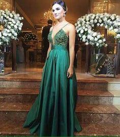Vestido verde bordado no busto