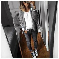 Grijze jeans, witte bloes, grijs vest