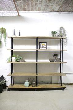 K001 sfeer 02 open industriële boekenkast met massief mango hout planken stellingen van quip Shelves, Home Decor, Mango, Studio, Store, Products, Manga, Shelving, Decoration Home