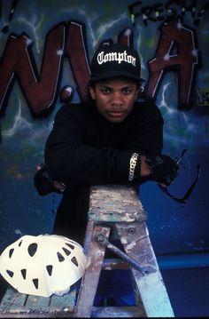 Eazy-E légende du rap gangsta R. Love And Hip, Hip Hop And R&b, Hip Hop Rap, Tupac Pictures, Random Pictures, Estilo Cholo, Estilo Hip Hop, Hip Hop Classics, Arte Hip Hop
