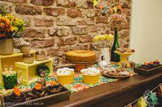 Uma mesa bem decorada reune amigos no clima de festa junina: decoração e tradição