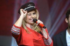 Foto: Punktlandung in der Sparkassen-Arena: Beatrice Egli trat am Freitagabend im Pilotenlook auf die Bühne.