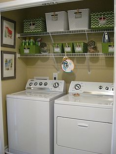Organization of laundry room with shelves and baskets. Organización del cuarto de lavado, con estantes y cestas.