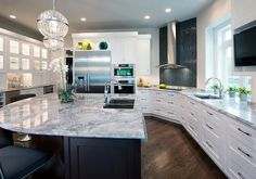 White kitchen countertops are all the rage. If you're looking for a classic look with a modern twist, consider the versatile Super White Granite stone. Super White Granite, White Granite Kitchen, White Granite Countertops, Kitchen Countertops, Gray Granite, Kitchen Cabinets, Granite Tile, Kitchen Black, Beautiful Kitchens