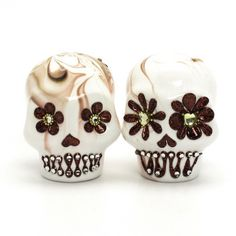 www.goodiemud.com Dia De Los Muerto Skull Wedding Cake Topper doubling as Salt and Pepper Shaker.