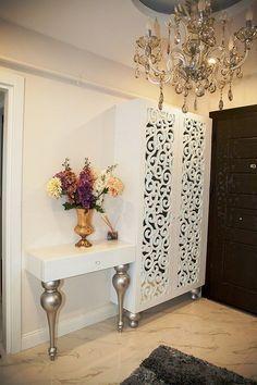 Busque la más exclusiva y hermosa consola de las tablas a su entrada y mejore su decoración de la casa con estilo. Ver más interior ideas de diseño y muebles de diseño aquí www.covethouse.eu