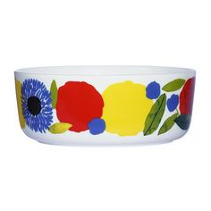 Treat your guests with fresh salad from the garden in the colorful Sitruunapuu serving bowl from Marimekko designed by Sami Ruotsalainen with print by Aino-Maija Metsola. The bowl is made of high quality porcelain and has a wonderful pattern inspired by the riches of Mediterranean gardens with fruit and flowers. Combine the bowl with other matching pieces from the Sitruunapuu series for a complete look!