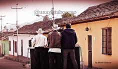 """Ya es costumbre en nuestros pueblos andinos conseguir un aventón o """"cola"""" en las toyotas.   Los jeeps, toyotas y camiones forman parte de las actividades diarias de #Boconó y los pueblos cercanos, esto debido al trabajo propio de la zona como lo es el cultivo del café y otras hortalizas.  Y no deja de ser un medio de transporte de obreros, familias enteras o amigos.  Foto tomada un día domingo en #Niquitao."""