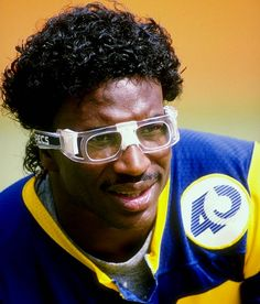 Los Angeles Ram Eric Dickerson (RB) rushed for the wonderfully symmetrical yards in seen here wearing the uber-fashionable Rec-Specs during a win over the Vikings. Football Baby, School Football, Football Cards, Football Team, American Athletes, American Sports, Los Angeles Football, Eric Dickerson, Nfl Rams