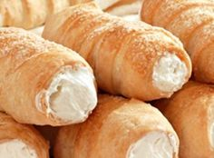 A light flaky pastry with a delicous creamy filling recipe. Elegant French Horn… A light flaky pastry with a delicous creamy filling recipe. Elegant French Horn Pastries Recipe from Grandmothers Kitchen. Cannoli, Köstliche Desserts, Delicious Desserts, Dessert Recipes, Yummy Food, Grandmothers Kitchen, Flaky Pastry, Savory Pastry, Choux Pastry