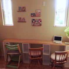 収納家具としてメジャーなカラーボックス。家具を扱っているお店なら大抵の場所で販売されているカラーボックスですが、そんな中でもニトリのカラーボックスがイチオシなところをこれからご紹介いたします☆ Craft Corner, Corner Desk, Childrens Desk, Desk Areas, Kid Spaces, Room Interior, Room Inspiration, Diy And Crafts, Kids Room