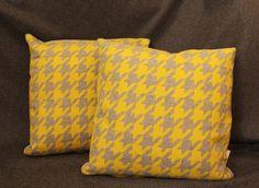 """Coussin motif """"pied de poule"""" en tissus néon jaune et gris : Textiles et tapis par have-a-seat"""