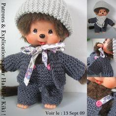 Patrons Couture & Explications Tricot Monchichi - Que Cache Ma Boite à Belette ? Bonnet Crochet, Knit Crochet, Crochet Hats, Knitting Patterns, Crochet Patterns, Textiles, Diy Toys, Clothing Patterns, Baby Dolls