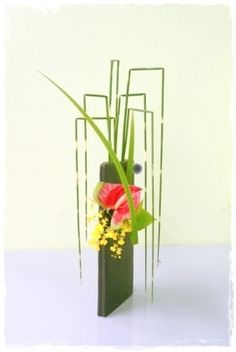 Inspiration: horsetail foliage, lines, color Freestyle ikebana by Junko