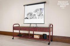Tv-Möbel im patinierten Industriedesign, auf dem findet auch eine große Leinwand Platz.