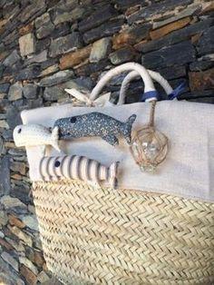 MULHER VOANDO: IDEIAS PARA SACOS DE PRAIA PERSONALIZADOS Fish In A Bag, Seaside, Handmade Bags, Magnolia, Summer Crafts, Straw Bag, Patchwork, Purses, Diy Crafts