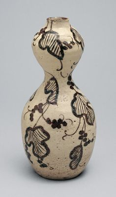 Sake flask with grapevines Momoyama period, early century Mino (美濃) ware, Oribe (織部) type; stoneware with underglaze iron oxide Sake Bottle, Iron Oxide, Japanese Beauty, 17th Century, Asian Art, Grape Vines, Flask, Stoneware, Pottery