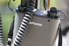 Um Überhitzung zu vermeiden und genügend Blitze zu haben ist ein Akkupack empfehlenswert. Die Elektronik des Blitz (Nikon SB-900)  wird von den 4AA Zellen versorgt. Das PRO Powerpack BP5000 liefert die Hochspannung von über 300V für die Blitzröhre. Mit einer Bandschlinge ist der Powerpack schnell am Stativ befestigt. Alternativ kann man ihn über den nicht verdrehbaren Griff des MA035 hängen.