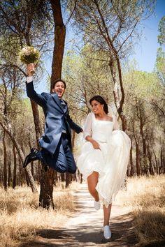 Genial y divertida imagen de los recién casados.BEATRIZ-ALVARO-novias-beatriz-alvaro-alta-costura-madrid-vestidos-a-medida-atelier-novias.
