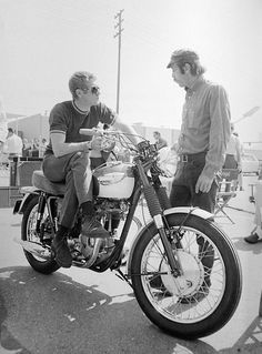 Barry Feinstein en pleine discussion avec son ami Steve McQueen © photo by : Barry FEINSTEIN