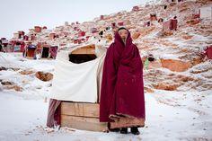 Più di settemila monache vivono a Yarchen Gar nella più grande comunità del buddismo tibetano del mondo. Il monastero si trova vicino a Kandze, nella provincia cinese del Sichuan, ed è stato fondato nel 1985 da Achuk Rinpoche, maestro della tradizione nyingma.