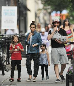 Keri Russell and her babydaddy Matthew Rhys brought their bundle of joy on an ice-cream run alongside half-siblings River and Willa, Keri's kids with ex-husband Shane Deary Keri Russell Hair, Keri Russell Style, Keri Russell Husband, The Americans Tv Show, Look Fashion, Autumn Fashion, Matthews Rhys, Cinema, Cool Style