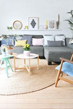 sofá gris con cojines en color pastel