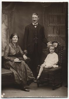 Family photos: composition and studio setting Vintage Family Pictures, Old Family Photos, Old Pictures, Antique Photos, Vintage Photographs, Vintage Photos, Old Time Photos, Photo Composition, Drawing Poses