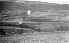 """Mirage Dagger, Fuerza Aérea Argentina vuela rasante en misión de ataque sobre la flota pirata que responde con artillería, estrecho de San Carlos """"el callejón de las bombas""""."""