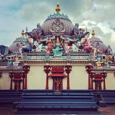SriMariamman is the oldest #hindu temple in #singapore. #dravidian #architecture #sculpture #colorful #travel #southeastasia #asia
