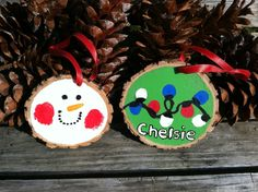 We created these last year with our children using a simple thumb print and a little bit of creativity. We drilled a hole in each slice and used red satin ribbon to hang them. These rustic DIY. Wooden Christmas Ornaments, Christmas Wood, Diy Christmas Gifts, Christmas Holidays, Christmas Decorations, Diy Ornaments, Christmas Ideas, Homemade Ornaments, Christmas Plates