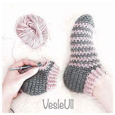 Bilekten başlamalı patik çorap Tuvit modelini uygulamış Ama bir h - Oyalar Knitting TechniquesKnitting HumorCrochet ProjectsCrochet Bag Chunky Crochet, Hand Crochet, Knit Crochet, Crochet Baby Boots, Crochet Clothes, Knitting Patterns, Crochet Patterns, Crochet Slipper Pattern, Knitted Slippers