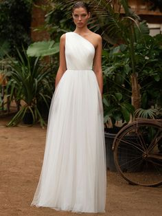 See Zac Posen for White One Wedding Dresses From Bridal Fashion Week Old Wedding Dresses, Plain Wedding Dress, Wedding Dress Trends, Bridal Dresses, One Shoulder Wedding Dress, Wedding Gowns, Wedding Dress Tulle, Wedding White, Zac Posen