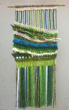 Tapiz mural a telar manual de lana reciclada. Weaving Art, Tapestry Weaving, Loom Weaving, Hand Weaving, Textiles, Textile Prints, Textile Art, Weaving Techniques, Design Crafts