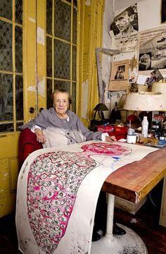 Louise Bourgeois at work, New York, 2009. (bron en foto's: Dimitris Yeros ) Louise Bourgeois's Brooklyn Studio, 1995. (bron: ArtSlant ...