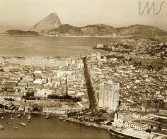 Vista aérea do Rio de Janeiro, da Praça Mauá para a zona sul, tendo ao fundo o Pão de Açúcar ELIZETH CARDOSO - Instituto Moreira Salles