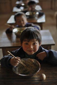 School Lunch Time in Fengjia,  China  photo by Yang Shuhuai            http://learningchinesespeak.com