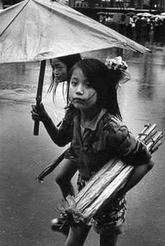 "ⓒKim Ki-Chan - ""Umbrella Seller in the Rain"" Old Pictures, Old Photos, Vintage Photos, Vintage Photographs, Korean Photo, Korean Art, Time In Korea, Martial, Korean People"