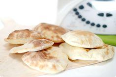 El pan plano o pan de pitta es de origen Árabe. Sus dos capas se separan en el horno, quedando un pan hueco, que debemos poner bajo un paño limpio húmedo.
