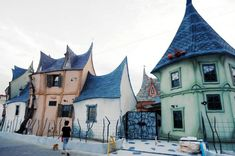 These quirky houses look like they came right out of a Tim Burton movie set. Or perhaps a theme park. They are in fact actual houses where people can live. Hamamatsu, Tim Burton House, Film Tim Burton, Witch Cottage, Witch House, Shizuoka, Japanese Apartment, Architecture Design, Fairytale House