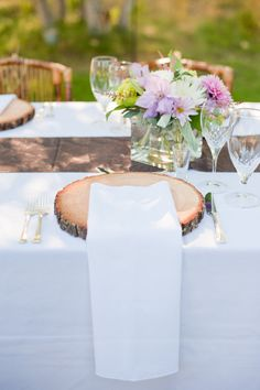 rustic wood log slice with bark place setting | outdoor country wedding reception | jarrudaphotography.com