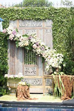 Pernikahan Adat Jawa Deta dan Prima di Jakarta Javanese Wedding, Indonesian Wedding, Reception Decorations, Event Decor, Indonesian Decor, Wedding Backdrop Design, Brides Room, Wedding Preparation, Indoor Wedding