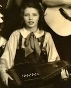 Young June with her autoharp Country Western Singers, Country Musicians, Johnny And June, Johnny Cash, June Carter Cash, Carter Family, Country Music Stars, Famous Singers, American Country