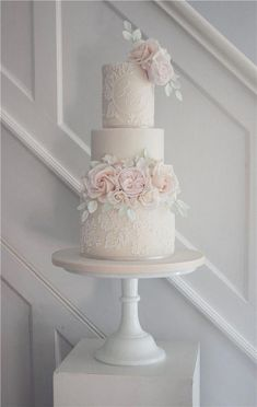 20 Gorgeous Vintage Wedding Cakes for 2019 Brides You are in the right place about Wedding Cake elegant Here we offer you the most beautiful pictures about the fall Wedding Cake you are looking for. Big Wedding Cakes, Wedding Cake Roses, Floral Wedding Cakes, Elegant Wedding Cakes, Beautiful Wedding Cakes, Wedding Cake Designs, Perfect Wedding, Vintage Wedding Cakes, Wedding Cake Simple