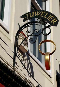 Ik heb voor deze afbeelding gekozen omdat de Duitse juwelierszaak in hun wijk werd vernield en ingebroken door Martin en zijn vriend.de eigenaar van de juwelierszaak was een Duitser genaamd Kohlheim.