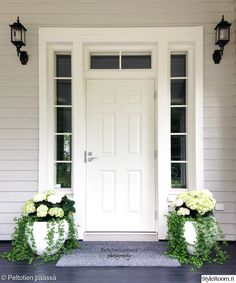 The door with Windows House Exterior, Diy Garden Decor, House Design, Home And Garden, Front Door, New Homes, Front Porch Decorating, Cottage, Porch Decorating
