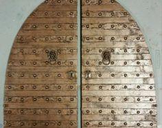 Cet ensemble de 2 deux portes est le grand morceau de décor de mur pour faire une déclaration énorme dans nimporte quelle pièce.  Il peuvent sadapter à plusieurs styles de décor médiéval, Steampunk, Gothic, éclectique et même simplement traditionnels.  En bois véritable et fabriqués à la main pour lui donner un style en ajoutant la garniture faux métal, métal véritable clous et matériel.  Il sagit dune œuvre originale.  Simple et prête à accrocher.  Dimensions:  Chaque porte est 24 « x 48 »…