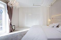 U stropu před skříní probíhá dekorační lišta tak, že skříň působí dojmem, jako…