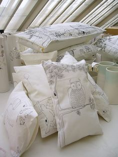 maybe a 'stitch' doodle over simple plain cushions could be an option. also some with The Stitch logo stitched in an outline? Diy Pillows, Decorative Pillows, Throw Pillows, Art Textile, Home Textile, Textiles, Fabric Art, Fabric Crafts, Cushion Covers